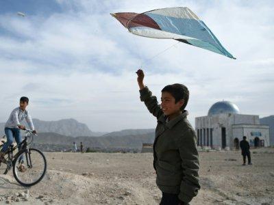 Photo du 13 avril 2018 montrant un garçon afghan avec son cerf-volant à Kaboul - Wakil KOHSAR [AFP]