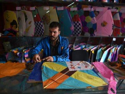 Un vendeur de cerfs-volants dans sa boutique à Kaboul le 16 avril 2018 - Wakil KOHSAR [AFP]