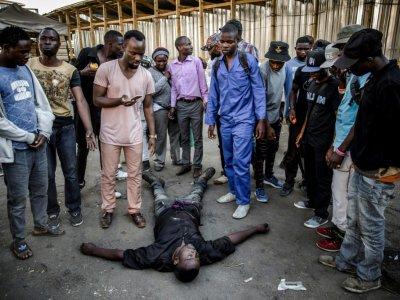 Des manifestants entourent l'un des leurs, victime de tir à balle réelle de soldats zimbawéens, le 1er août 2018 à Harare. - Luis TATO [AFP]