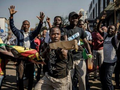 Des partisans de l'opposition au Zimbabwe défilent dans les rues d'Harare, le 1er août 2018. - Luis TATO [AFP]