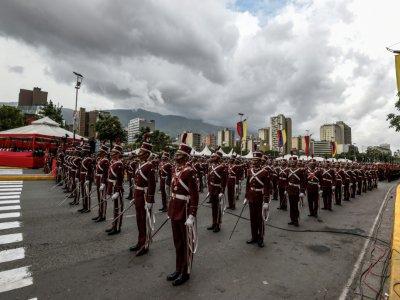 """La Garde nationale vénézuélienne le 4 août 2018 à Caracas, lors de la cérémonie de son 81ème anniversaire, pendant laquelle le président Nicolas Maduro a été la cible d'une """"attaque"""" au drone explosif - Juan BARRETO [AFP]"""