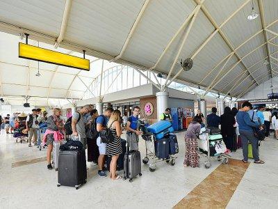 Des touristes à l'aéroport de Lombok après un séisme qui a secoué l'île indonésienne, le 6 août 2018 - Adek BERRY [AFP]