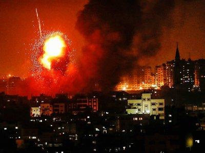 Une boule de feu dans le ciel de Gaza après un raid israélien le 8 août 2018 - MAHMUD HAMS [AFP]