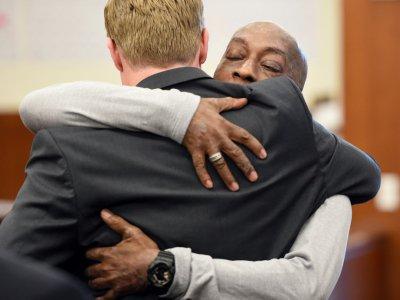 Le plaignant DeWayne Johnson tombe dans les bras de l'un de ses avocats à l'énoncé du verdict, le 10 août 2018, à San Francisco - JOSH EDELSON [AFP]