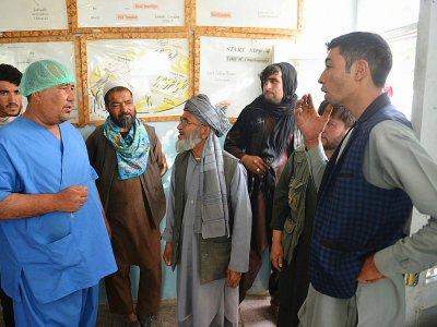 Des habitants de la province de Ghazni à la recherche de proches dans un hôpital après les combats avec les talibans dans l'est de l'Afghanistan, le 12 août 2018    Mohammad Anwar Danishyar [AFP]