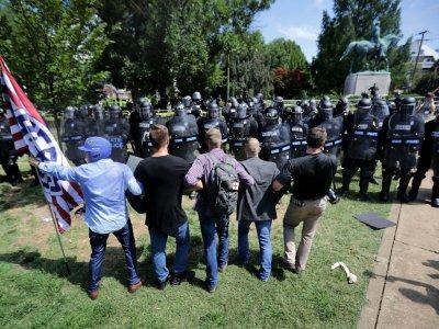 Un groupe de suprématistes blancs face aux policiers, à Charlottesville (Virginie) le 12 août 2017    CHIP SOMODEVILLA [GETTY IMAGES NORTH AMERICA/AFP/Archives]