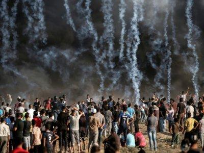 Une photo prise le 17 août 2018 montre des gaz lacrymogènes tirés par les soldats israéliens sur des Palestiniens protestant dans la bande de Gaza près de la barrière de sécurité israélienne - MAHMUD HAMS [AFP]