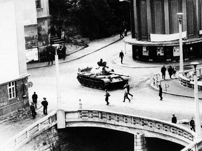 Un char fonce sur des manifestants pendant le printemps de Prague, en août 1968    - [AFP/Archives]