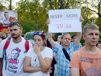 """Un homme tient une pancarte lors d'une manifestation pour commémorer le 50e anniversaire de la répression du """"Printemps de Prague""""    Michal CIZEK [AFP]"""