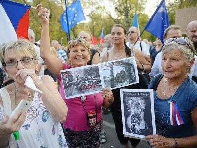 Des femmes brandissent des photos de l'invasion soviétique de 1968 le 21 août à Prague, en République tchèque    Michal CIZEK [AFP]