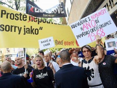"""""""Qui gouverne avec les communistes, déshonore les victimes de l'occupation de 1968!"""", pouvait-on lire sur une pancarte brandie le 21 août 2018 à Prague à l'occasion du 50e anniversaire de la répression soviétique du """"Printemps de Prague""""    Michal CIZEK [AFP]"""