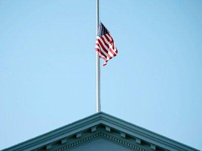 Le drapeau américain en berne sur la Maison Blanche, dimanche 26 août 2018, au lendemain de la mort de John McCain - Brendan Smialowski [AFP]