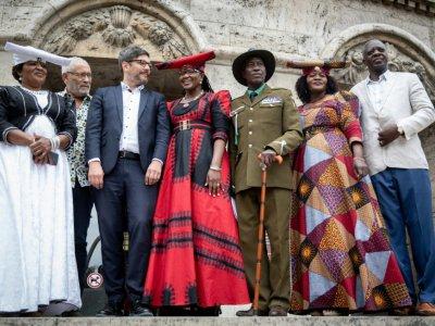 Le sénateur de Berlin Dirk Behrendt (3e à gauche) pose avec Esther Utjiua Muinjangue (à gauche), présidente de la  Fondation Ova Herero Genocide avec d'autres membres de la délégation de Namibie à Berlin le 27 août 2018    Kay Nietfeld [dpa/AFP]