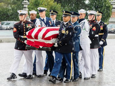 Des soldats américains portent le cercueil de John McCain jusqu'au Capitole, le 31 août 2018, à Washington    JIM LO SCALZO [POOL/AFP]