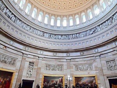 Enveloppé du drapeau américain, le cercueil de John McCain est exposé dans la rotonde du Capitole, le 31 août 2018 à Washington    KEN CEDENO [POOL/AFP]