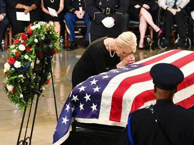 Cindy McCain, la femme du sénateur John McCain, se recueille devant le cercueil de son défunt époux, le 31 août 2018, au Capitole à Washington    Nicholas KAMM [AFP]