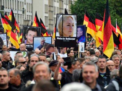 Portraits de victimes de crimes commis par des étrangers, brandis lors d'une manifestation organisée par le parti anti-immigration AfD, à Chemnitz le 1er septembre 2018 - John MACDOUGALL [AFP]