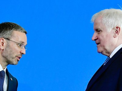Le ministre allemand de l'Intérieur Horst Seehofer (D) eet son homologue autrichien Herbert Kickl à l'issue d'une conférence de presse à Berlin, le 4 septembre 2018    Tobias SCHWARZ [AFP]