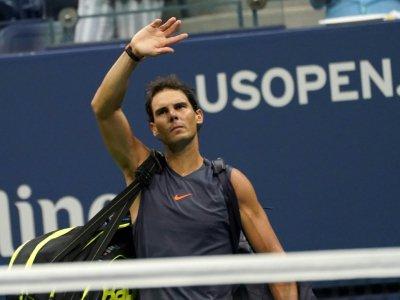 L'Espagnol Rafael Nadal quitte le court après avoir abandonné lors de la demi-finale de l'US Open à New York le 7 septembre 2018. - kena betancur [AFP]