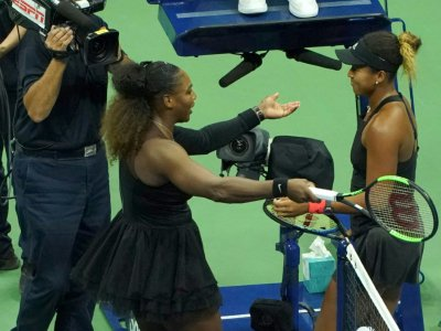 Naomi Osaka (d) et Serena Williams (g) à la fin de la finale dames de l'US Open, samedi à New York.