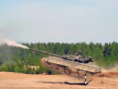 Un tank russe T-80 à Sertolovo, près de Saint-Petersbourg, le 14 mai 2016 - OLGA MALTSEVA [AFP/Archives]