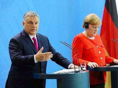 Le Premier ministre hongrois Viktor Orban et la chancelière allemande Angela Merkel, le 5 juillet 2018 à Berlin - Omer MESSINGER [AFP/Archives]