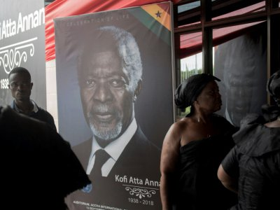 Un portrait de Kofi Annan à l'entrée du Centre international de conférences d'Accra, où se déroulent les funérailles nationales de l'ancin secrétaire général des Nations unies, le 11 septembre 2018.    CRISTINA ALDEHUELA [AFP]