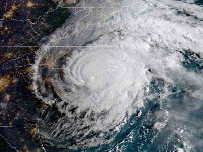 Cette image satellite NOAA/RAMMB prise à midi GMT le 14 septembre 2018 montre l'ouragan Florence toucher terre sur la côte Est américaine    HO [NOAA/RAMMB/AFP]