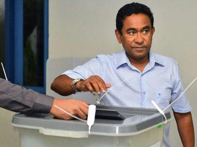 Le président Abdulla Yameen, candidat à un second mandat,  vote à la présidentielle, le 23 septembre 2018 à Malé, aux Maldives    Handout [MALDIVES PRESIDENCY/AFP]