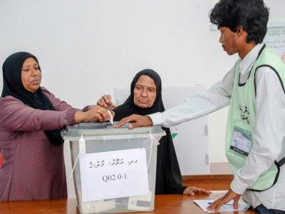 Une femme aide sa mère âgée à voter dans un bureau de Malé, le 23 septembre 2018 aux Maldives    - [AFP]