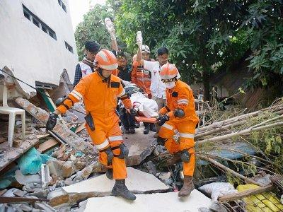 Des secouristes évacuent un survivant des décombres d'un restaurant, le 30 septembre 2018, après un séisme et un tsunami à Palu, sur l'île des Célèbes en Indonésie    BAY ISMOYO [AFP]