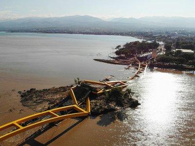 Un pont effondré à Palu, sur l'île des Célèbes en Indonésie, photographié le 1er octobre 2018, deux jours après un séisme et le passage d'un tsunami    JEWEL SAMAD [AFP]