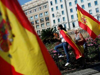 Deux femmes manifestent en soutien à la police espagnole à Barcelone, le 29 septembre 2018    Pau Barrena [AFP]
