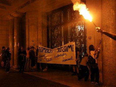 Des militants indépendantistes catalans accrochent une banderole sur un bâtiment public de Barcelone lundi 1er octobre, premier anniversaire du référendum sur l'indépendance de la Catalogne    PAU BARRENA [AFP]
