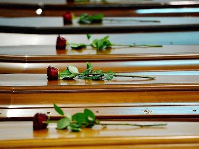 Cercueils de victimes du naufrage du 3 octobre 2013 au large de Lampedusa, dans un hangar de l'aéroport de l'île italienne le 5 octobre 2013    ALBERTO PIZZOLI [AFP/Archives]