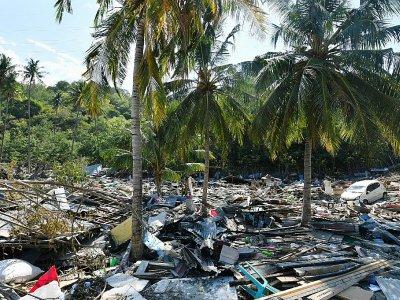 Les débris à Loli Pesuah, à Donggala, le 2 octobre 2018, quatre jours après le séisme et le tsunami qui a frappé l'Indonésie - ADEK BERRY [AFP]