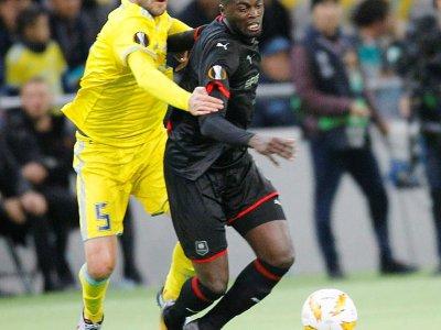 Le défenseur bosnien d'Astana Marin Anicic (g) à la lutte avec le Sénégalais de Rennes Mbaye Niang en Ligue Europa, le 4 octobre 2018 à Astana    Stanislav FILIPPOV [AFP]