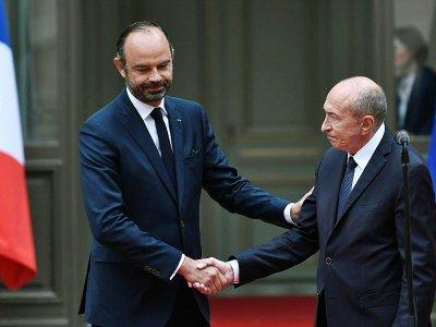 Le Premier ministre Edouard Philippe serre la main de Gérard Collomb, ministre de l'Intérieur qui vient de démissionner, le 3 octobre 2018 à Paris - STEPHANE DE SAKUTIN [AFP/Archives]