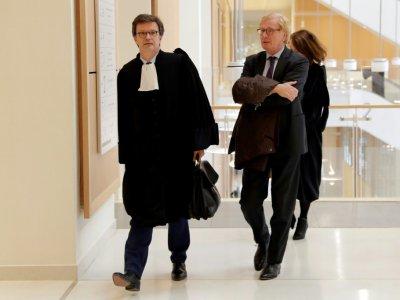 L'ancien directeur général d'UBS France Patrick Fayet (D) et son avocat arrivent au Palais de justice de Paris le 08 octobre 2018    Thomas SAMSON [AFP]