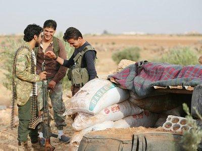 Des rebelles syriens sont positionnés sur la ligne de front, face aux forces du régime de Damas, dans le sud-est de la province syrienne d'Idleb, le 9 octobre 2018 - OMAR HAJ KADOUR [AFP]