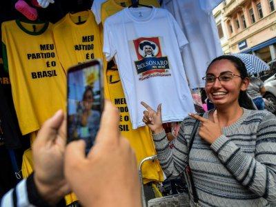 Une femme photographiée sous des vêtements à l'effigie du candidat d'extrême droite à la présidentielle brésilienne Jair Bolsonaro, le 8 octobre 2018 à Sao Paulo - NELSON ALMEIDA [AFP]