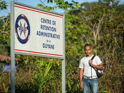Ernso Beljour devant le centre de rétention de Cayenne où il a passé 19 jours, le 09 octobre 2018 - jody amiet [AFP]
