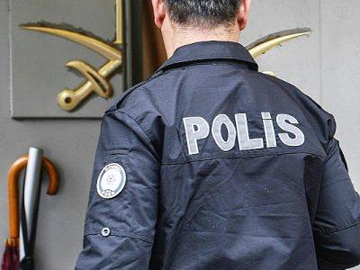 Un policier turc devant l'entrée du consulat saoudien à Istanbul le 11 octobre 2018. - OZAN KOSE [AFP]