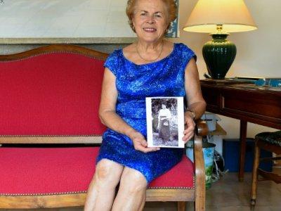 Danièle Thévenin, montrant à son domicile gardois une photo de sa grand-mère Juliette Magnien en 1915 - SYLVAIN THOMAS [AFP/Archives]