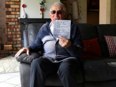 Jean Bourges, tenant le certificat de décès de Philippe Dalen à Donzère le 11 octobre - SYLVAIN THOMAS [AFP]