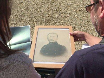 Emeline Léger regarde un portrait de son arrière-grand-père, qui avait combattu de 1914 à 1918, avant de mourir dans un asile d'aliénés. - Thomas BERNARDI [AFP/Archives]