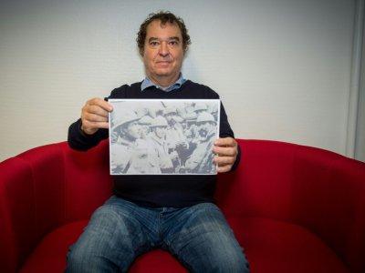 L'historien Guillaume Bourgeois, tenant une photo de son grand-père, le 10 octobre à Poitiers - GUILLAUME SOUVANT [AFP/Archives]