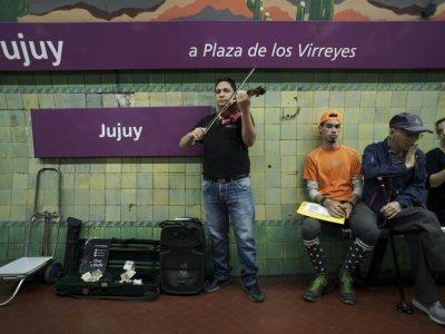 Parmi les musiciens exilés, beaucoup jouent dans les stations de métro de la capitale argentine    EITAN ABRAMOVICH [AFP]