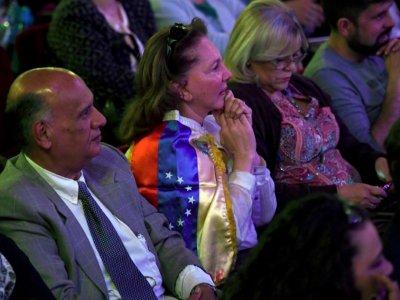 Une spectatrice drapée dans les couleurs du Venezuela assiste au concert de la Latin Vox Machine à Buenos Aires, le 9 octobre 2018    EITAN ABRAMOVICH [AFP]