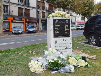 De nombreuses fleurs ont été déposées lors de la cérémonie. - Amaury Tremblay